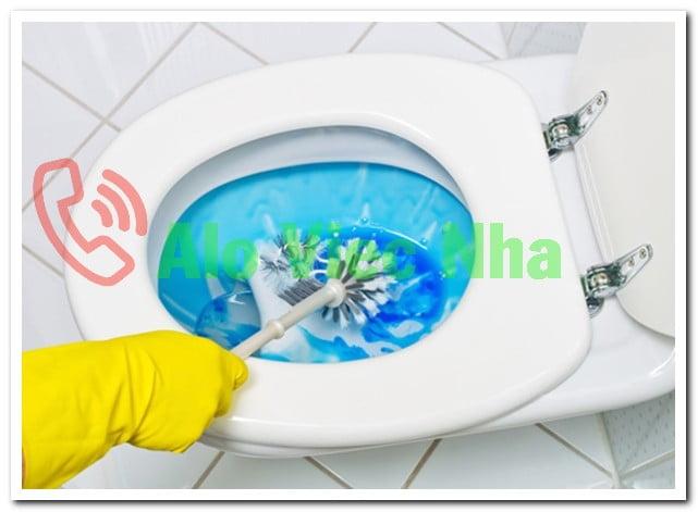 Vệ sinh bồn cầu sạch sẽ giúp nhà vệ sinh bớt mùi hôi