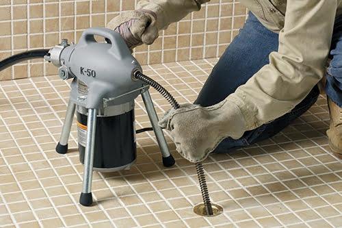 Thợ thông nghẹt đường ống thoát nước bằng dụng cụ chuyên dụng