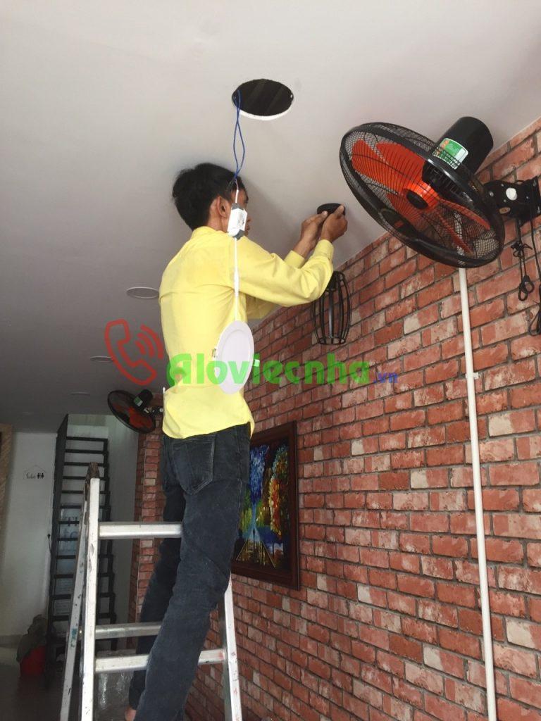 Thợ lắp điện âm tường an toàn cho người sử dụng.