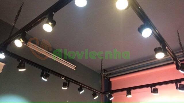 Lắp đèn rọi ray  cho shop thời trang
