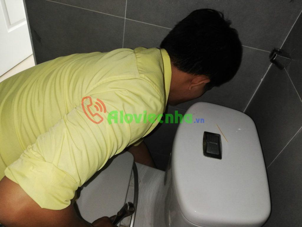 Sửa chữa bồn cầu bị rỉ nước tại HCM